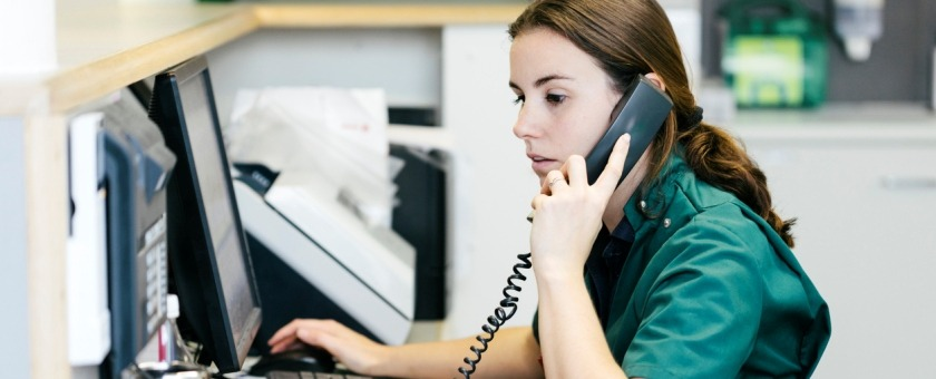 Veterinary nurse using a cloud-hosted phone system image